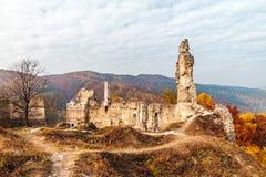 与城堡废墟的秋天风景 免版税库存图片