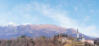 与城堡的山风景 免版税库存图片