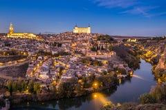 与城堡的托莱多都市风景在黄昏在马德里西班牙 库存图片