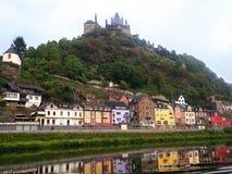 与城堡的美好的镇反射在小山上面在德国 库存图片
