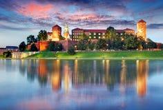 与城堡的Wawel小山在克拉科夫在晚上,波兰 库存照片