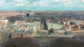 与城市交通的柏林勃兰登堡门鸟瞰图 股票录像