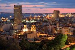 与城市光的夜视图在日落,阿利坎特,西班牙期间 库存图片