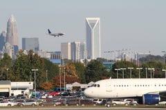 与城市地平线的二架商业喷气机 免版税库存图片