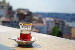 与城市的土耳其茶在背景中 库存照片
