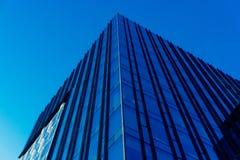 与城市的天空和云彩反射的现代玻璃skycrapers背景 库存图片