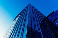 与城市的天空和云彩反射的现代玻璃skycrapers背景 免版税图库摄影