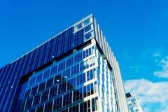与城市的天空和云彩反射的现代玻璃skycrapers背景 库存照片