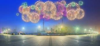 与城市的美丽的夜上海的都市风景在黄浦江,上海,中国点燃 库存照片