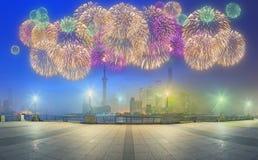 与城市的美丽的夜上海的都市风景在黄浦江,上海,中国点燃 免版税图库摄影