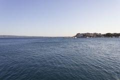 与城市的Stobrec海岸线在背景中 库存图片