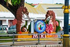 与城市米里的名字的一个标志拿着一匹海马 婆罗洲,沙捞越,马来西亚 库存照片