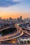 与城市街市和高速公路天桥的美好的地平线背景 库存图片