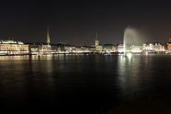 与城镇厅和喷泉的Alster 免版税图库摄影