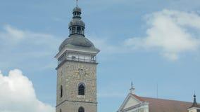 与城镇厅时钟的塔在小老欧洲城市,反对天空的特写镜头 股票录像