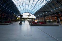 与培训的伦敦火车站在平台 免版税库存照片