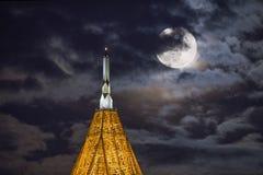 与培养月亮的蟒蛇塔 免版税库存图片