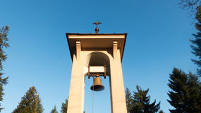 与基督徒十字架的响铃 免版税库存图片