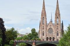 与基督教教会成员的Pont d `奥韦涅 免版税库存图片