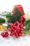 与基督礼物弓、丝带和分支的圣诞节构成  库存图片