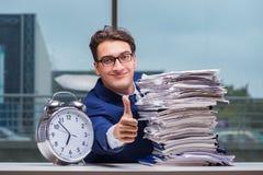 与堆堆的商人纸文书工作和警报cloc 免版税库存照片