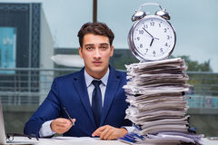 与堆堆的商人纸文书工作和警报cloc 免版税库存图片