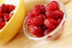 与堆的一顿国家早餐成熟莓和粥 免版税库存照片