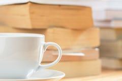 与堆的咖啡杯书blackground 免版税库存图片