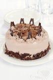 与堆的巧克力蛋糕牌照 免版税图库摄影