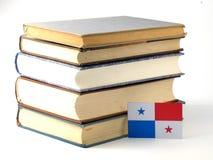 与堆的巴拿马旗子在白色背景的书 免版税图库摄影