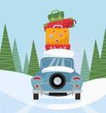 与堆的汽车后面视图在雪树背景的行李  带着手提箱的蓝色汽车在屋顶 旅行冬天的家庭  向量例证