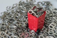 与堆的红色微型容器箍开罐头用具或延伸圈与 免版税图库摄影