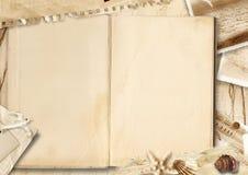 与堆老纸和贝壳的葡萄酒背景 免版税图库摄影