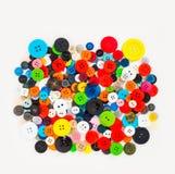 与堆pf五颜六色的塑料按钮的抽象背景 免版税图库摄影