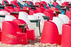 与塑料椅子和桌的海滩咖啡馆 免版税库存照片