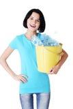 与塑料瓶的有吸引力的妇女藏品容器。回收。 库存照片