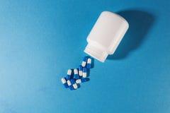 与塑料白色瓶子的青霉素医疗药片 免版税图库摄影