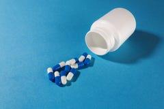 与塑料白色瓶子的青霉素医疗药片 免版税库存图片