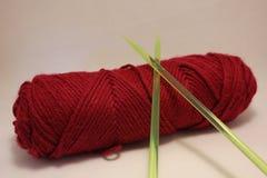 与塑料编织针的毛线 图库摄影