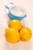 与塑料过滤器的新鲜的黄色柠檬 库存照片
