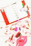 与塑料蝴蝶和桃红色固定式结束whi的红色计划 库存图片