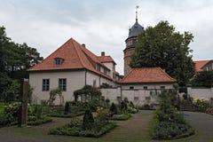 与塔和玫瑰园的Diepholzer城堡 免版税库存照片