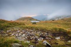 与塔恩省的有雾的山风景日落的 免版税库存照片