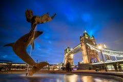 与塔桥梁的伦敦地平线在微明 免版税库存照片