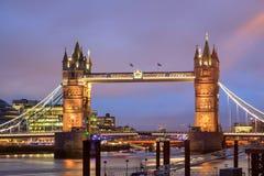 与塔桥梁的伦敦地平线在微明 免版税图库摄影