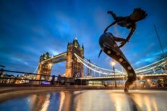 与塔桥梁的伦敦地平线在微明 库存照片