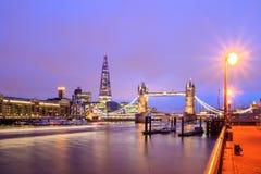与塔桥梁的伦敦地平线在微明 免版税库存图片