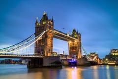 与塔桥梁的伦敦地平线在微明 图库摄影