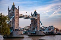 与塔桥梁的伦敦都市风景在黄昏的泰晤士河 免版税图库摄影
