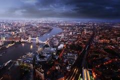 与塔桥梁的伦敦鸟瞰图在日落时间 库存图片